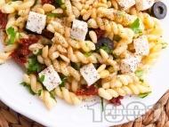 Салата с паста фузили, маслини, сушени домати, сирене моцарела и кедрови ядки